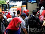 berebut-bus-di-terminal-purabaya_20171222_171504.jpg