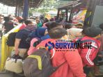 berebut-bus-di-terminal-purabaya_20180330_135318.jpg
