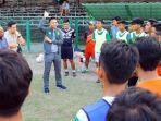 berita-azrul-ananda-dan-pemain-muda-surabaya-di-lapangan-sepak-bola-karanggayam.jpg