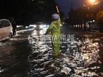 berita-banjir-surabaya-di-mayjen-sungkono.jpg