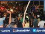 berita-foto-surabaya-aksi-sweeping-massa-pakai-atribut-bonek_20160506_055519.jpg