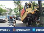 berita-jombang-kecelakaan-truk-manjat-pohon_20160625_161303.jpg