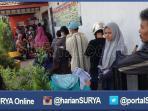 berita-surabaya-antre-tiket-kereta-gratis-panas_20160704_170622.jpg