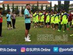 berita-surabaya-bhayangkara-fc-simon-mcmeneny_20170117_102029.jpg