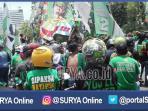 berita-surabaya-bonek-demo-di-depan-grahadi-lagi_20161101_114957.jpg