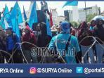 berita-surabaya-buruh-demo-di-kantor-gubernur-jatim_20161101_131028.jpg