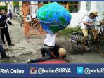 berita-surabaya-hari-bumi-teatrikal_20160422_162258.jpg