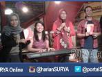 berita-surabaya-jatim-launching-buku-cinta_20160514_233349.jpg