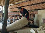 bibit-andayani-saat-memotong-lembar-anyaman-bambu.jpg