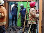 blitar-petugas-mengecek-kerusakan-di-rumah-korban-setelah-terbakar.jpg