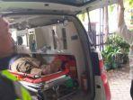 bojonegoro-petugas-medis-membawa-jenazah-tukang-becak.jpg