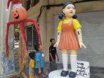 boneka-squid-game-di-jalan-tunjungan-surabaya.jpg