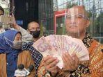 boyamin-saiman-kembalikan-uang-100000-dollar-singapura-ke-kpk.jpg
