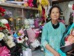 bu-bibit-satu-di-antara-penjual-bunga-di-pasar-bunga-kota-malang-saat-menunjukkan.jpg
