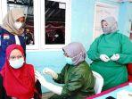bupati-ipuk-tinjau-vaksinasi-covid-19-di-kelurahan-mojopanggung.jpg