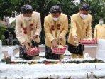 bupati-lamongan-yuhronur-efendi-bersama-anggota-forkopimda-menggelar-tahlil-dan-tabur-bunga.jpg