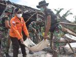 bupati-lumajang-thoriqul-haq-membersihkan-puing-puing-bangunan-rusak-akibat-gempa.jpg