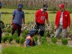 bupati-nganjuk-turun-ke-lapangan-untuk-bertemu-masyarakat-petani.jpg