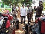 bupati-tulungagung-maryoto-birowo-memeriksa-bantuan-alat-mesin-pertanian-yang-dihibahkan.jpg
