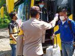 bus-pariwisata-angkut-15-abk-kapal-pesiar-italia-dicegat-polisi-di-exit-tol-gunung-sari-surabaya.jpg