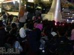 calon-penumpang-berebut-bus-di-terminal-bungurasih_20170831_194655.jpg