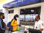 calon-penumpang-ka-dilakukan-pemeriksaan-persyaratan-oleh-petugas-stasiun.jpg