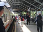 calon-penumpang-kereta-api-di-stasiun-gubeng-surabaya.jpg