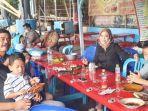 calon-wakil-wali-kota-surabaya-mujiaman-saat-menikmati-kuliner-di-kenjeran.jpg