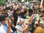 calon-walikota-surabaya-machfud-arifin-disambut-antusias-oleh-warga.jpg