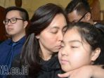 chin-chin-mencium-putrinya-usai-dinyatakan-bebas-oleh-hakim-pn-surabaya_20170823_223522.jpg