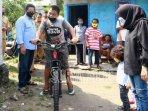cita-cita-saiful-memiliki-sepeda-baru-untuk-berangkat-sekolah-akhirnya-terwujud.jpg