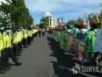 demo-buruh-di-depan-kantor-gubernur-jatim.jpg