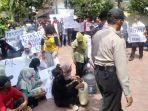 demo-warga-desa-gamping-kecamatan-suruh-di-mapolsek-suruh.jpg