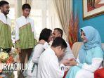 desainer-busana-muslim-kenamaan-asal-surabaya-saat-melakukan-tradisi-lebaran.jpg