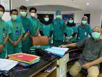 dokter-muda-fakultas-kedokteran-ubaya-berfoto.jpg