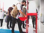 doni-monardo-saat-mencoba-wastafel-portabel-bantuan-dari-unilever-indonesia.jpg