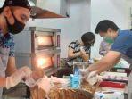 dosen-culinary-business-universitas-ciputra-surabaya-ucmemproduksi-kue-syarat-rempah.jpg