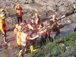 evakuasi-jenasah-korban-tenggelam-sungai-brantas.jpg
