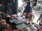 firza-ridwani-melayani-pembeli-di-kios-milik-keluarganya-di-pasar-templek.jpg