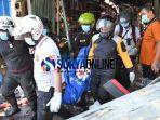foto-evakuasi-korban-ruko-di-jalan-kranggan-surabaya-terbakar.jpg