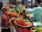 foto-ilustrasi-pedagang-sayur-mayur-melayani-pembeli-di-pasar.jpg