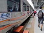 foto-ilustrasi-penumpang-kereta-api-di-stasiun.jpg