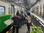 foto-ilustrasi-penumpang-kereta-api-lokal-di-stasiun-gubeng-surabaya.jpg