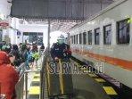 foto-ilustrasi-penumpang-kereta-api-turun-dari-ka.jpg