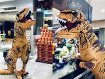 foto-orang-pakai-kostum-t-rex-saat-belanja.jpg