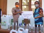 general-manager-pln-uid-jatim-bob-saril-saat-menyerahkan-donasi-hand-sanitizer.jpg
