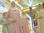 golden-feel-model-memeragakan-busana-muslim-bertema-golden-feel_20180601_191254.jpg