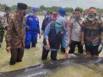 gubernur-khofifah-dan-bupati-bangkalan-rk-abdul-latif-amin-imron-melepas-ikan-paus.jpg
