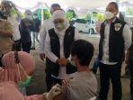 gubernur-khofifah-dan-eri-cahyadi-tinjau-vaksinasi-covid-19-untuk-pelajar-di-sman-5-surabaya.jpg