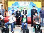 gubernur-khofifah-foto-bersama-para-disabilitas-saat-vaksinasi-massal.jpg